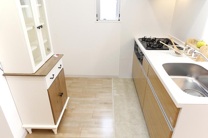 キッチンは広くスペースがとられていて、とっても動きやすくて快適!窓もあって明るい☆_MG_5040