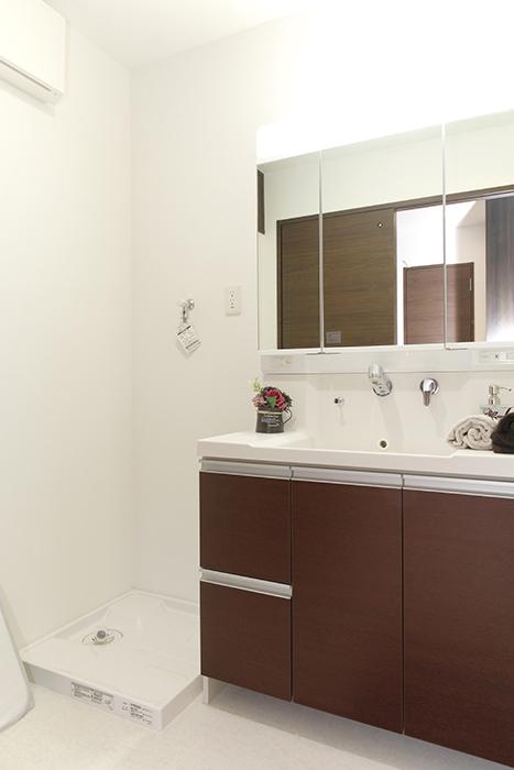 室内洗濯機置き場と独立洗面台です_MG_5173