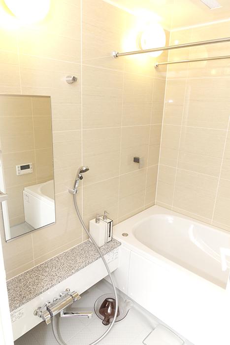こちらはホッとする色合い、柔らかな雰囲気のバスルームです_MG_5182