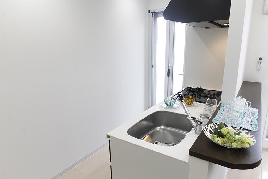 とっても素敵なキッチンとカウンタです!その向こうにはベランダへのドアがあります☆_MG_5200