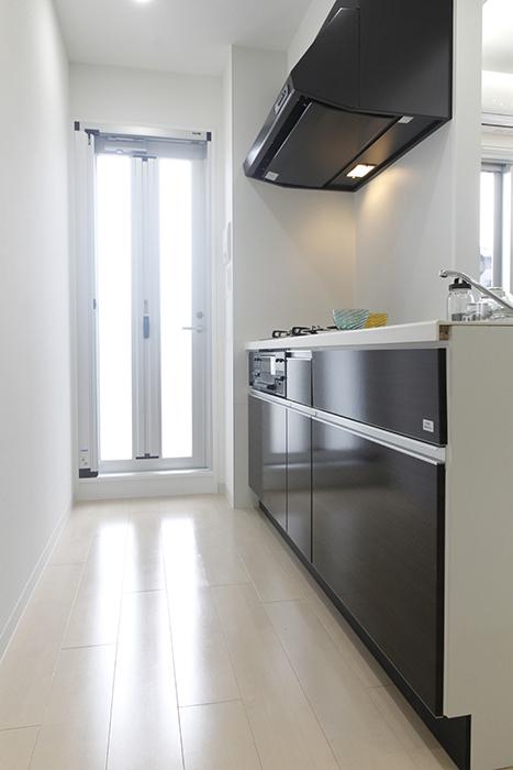 キッチンそばのドアのおかげで、とっても明るいキッチンスペース☆_MG_5207