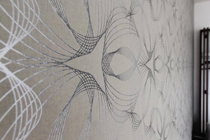 寝室スペースの壁紙は落ち着く色合いで、高級感タップリ_MG_5280