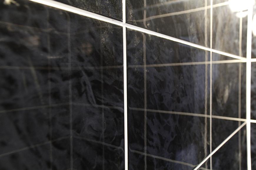 バスルームの壁は天然石仕上げのタイルで、とってもラグジュアリな癒しの空間_MG_5313