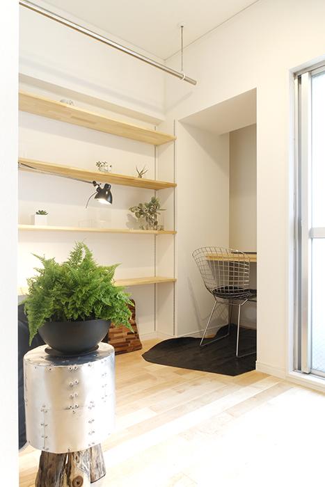 窓のそばにある書斎(Study)スペース。仕切りとして、ロールカーテンが設置される予定☆_MG_9618