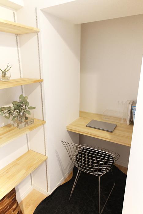 可動棚と一人用のデスク。籠って仕事に集中したい時にはピッタリ☆_MG_9624
