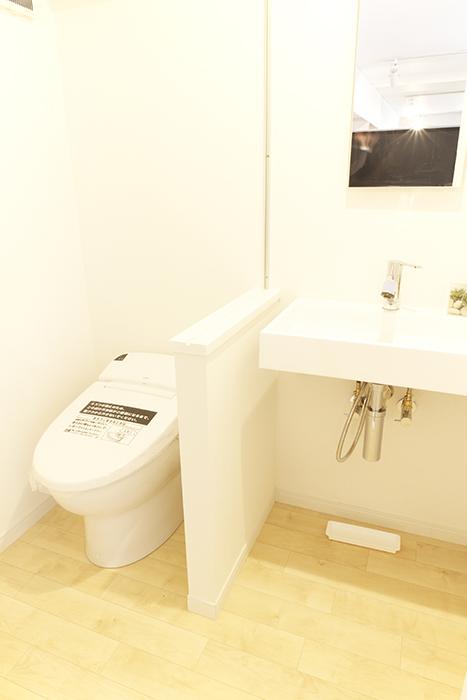 床のフローリングも落ち着くポイント☆とってもキレイでオシャレな洗面台とトイレ_MG_9641