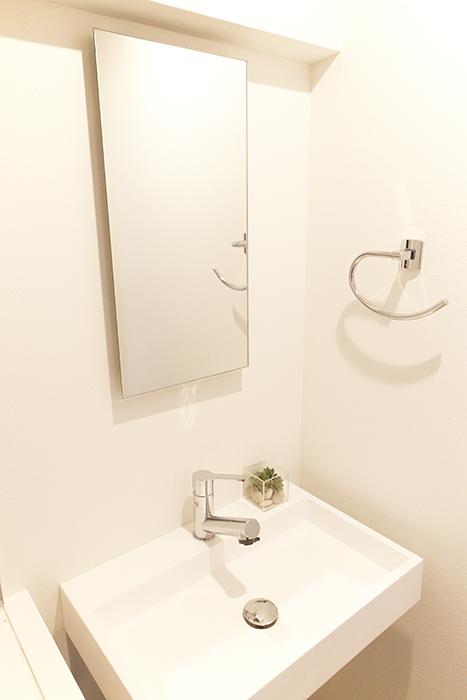 スッキリ☆シンプル!な洗面ですね。棚などは無いのですが、この鏡が・・・_MG_9644