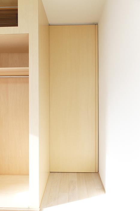 収納の横には、奥の洋室へと繋がるドアが!_MG_9934