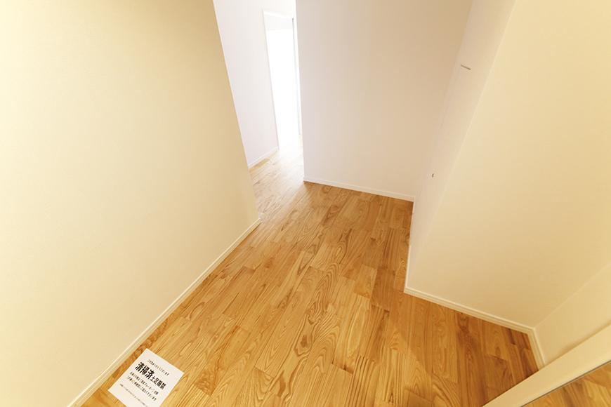 立体的な佇まいの廊下です。玄関から直接部屋の中が見えないのは良いですね!_MG_5990