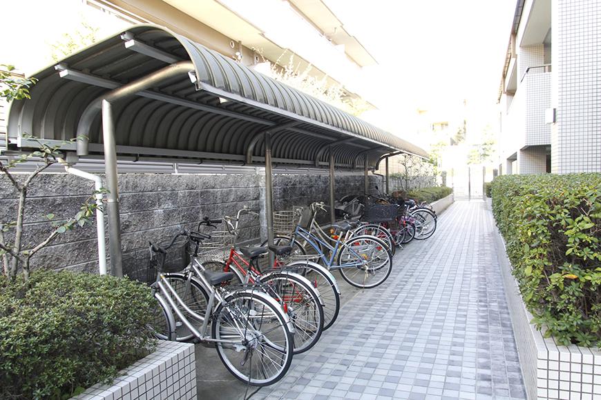 敷地内には自転車置き場。敷地内もとっても素敵な雰囲気です♪_MG_6118