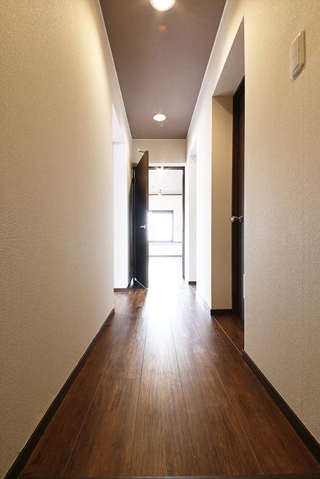 玄関から廊下の眺め。  左手にLDK、正面に居室スペース、右手に水回り_MG_6612s