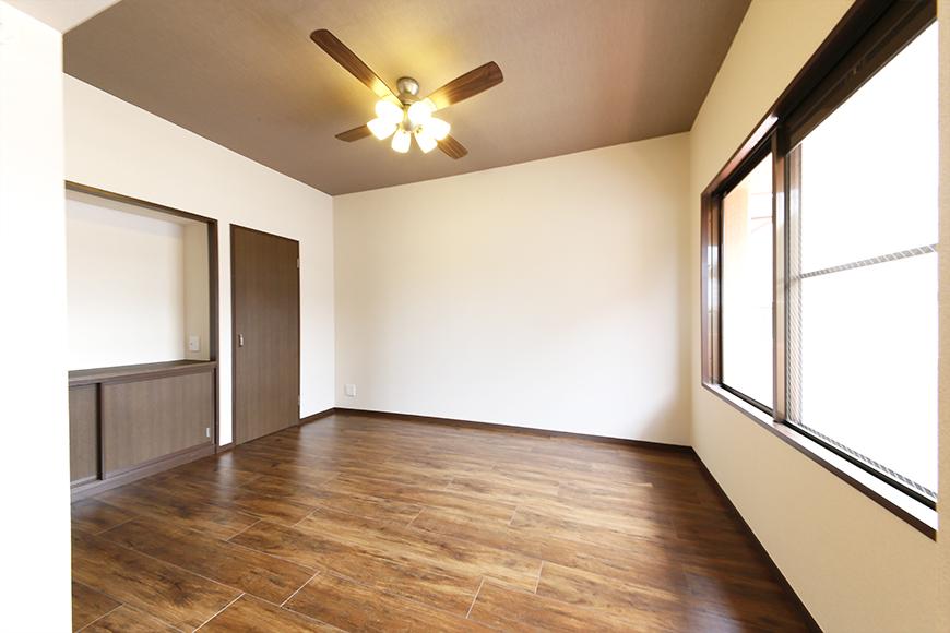 キッチンのお隣の洋室です!  コチラも窓からシッカリと光が入り込んで、明るいスペース☆_MG_6672s