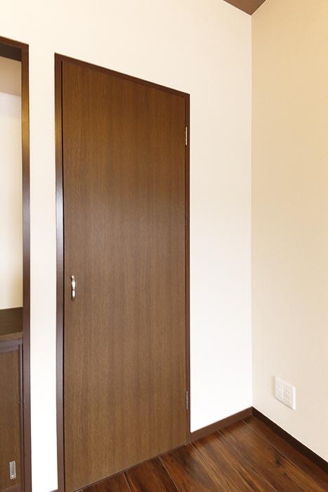 洋室には収納スペースもあります☆_MG_6695s