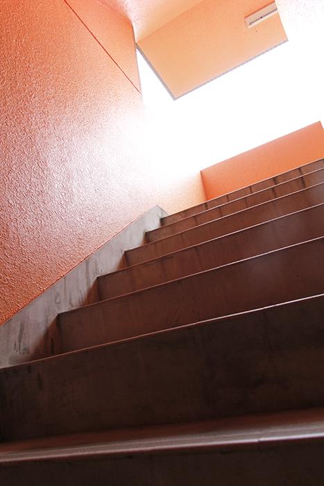 階段からもオレンジ! 第一印象は、異国情緒漂う感じです☆_MG_6784s