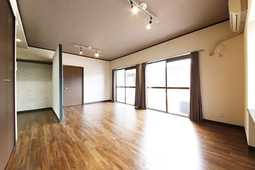 広っ! 居室スペースは13.5帖!  エアコンもアリ、収納も窓もバッチリで、とっても快適空間♪_MG_6904s