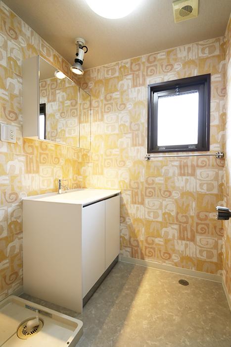 コチラは隣の独立洗面台・室内洗濯機置き場です!  窓もあって快適空間☆_MG_6925s