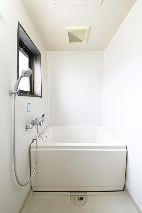 バスルームはコチラ!  同じく窓がありますので、換気&湿気対策もバッチリですね!_MG_6960s