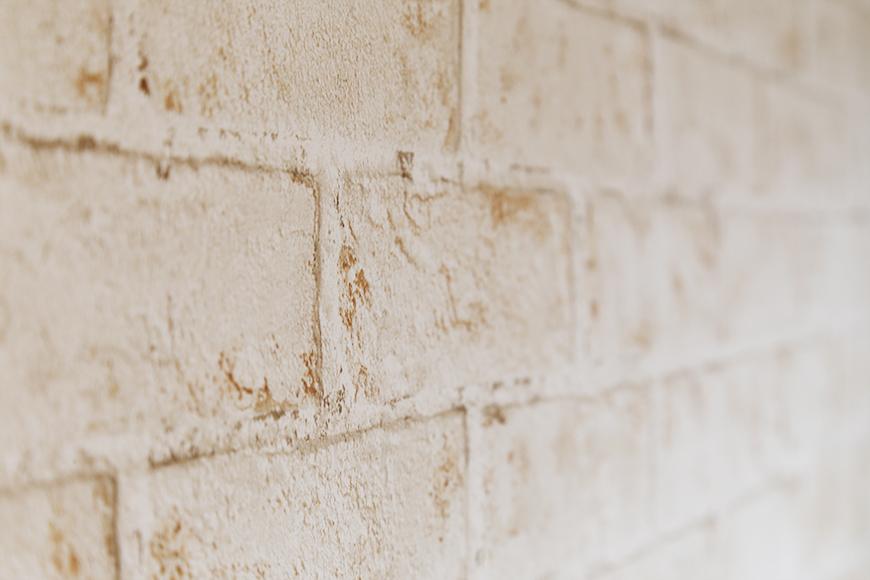 オープンクローゼットの壁紙はこんな感じで、レンガ調で落ち着く雰囲気♪_MG_7013s