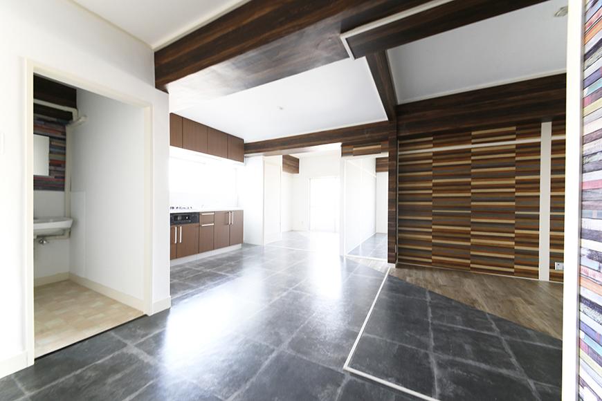 19帖の広々リビング♪  切り替えがアートで素敵な床はインパクト大!  そして梁も素敵な仕上がりに☆