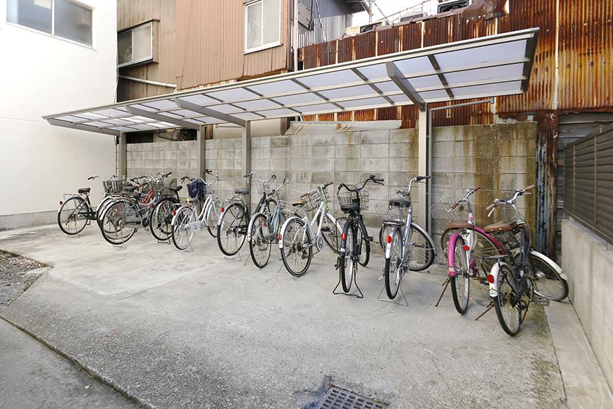 建物の奥まったところに駐輪場です