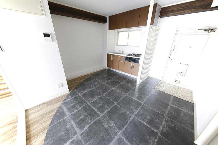 入って、くるりと振り向くと、、、切り替えが独特!アートな床♪