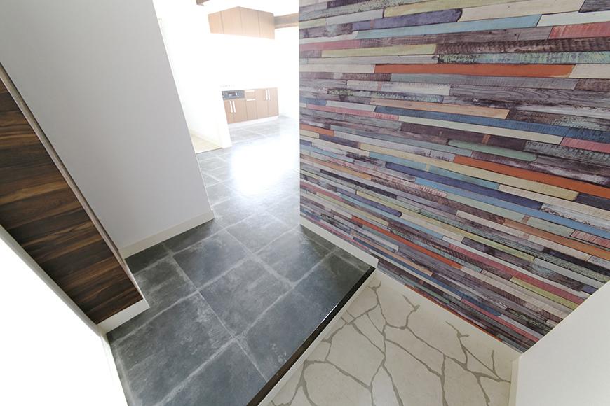 玄関に入ると飛び込んでくる素敵な壁紙クロス、床、そして奥からの眩い光!