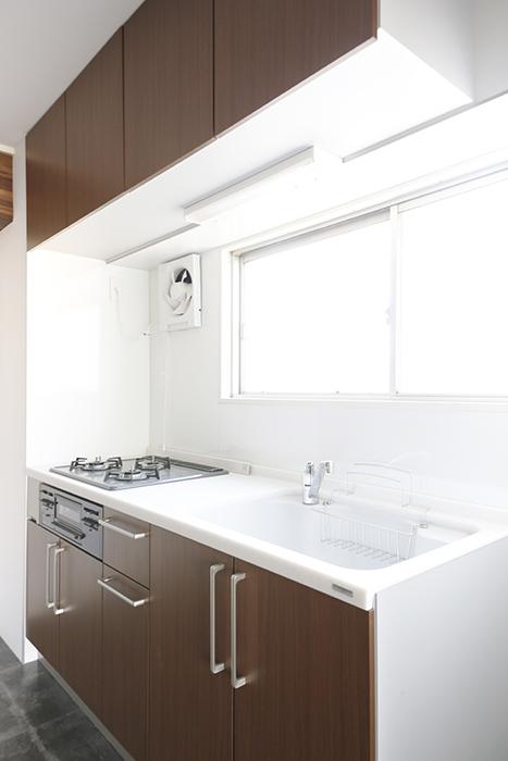 キッチンに窓があると言うのはポイント高い!  明るいキッチン・スペースで料理の腕を振るって下さい!