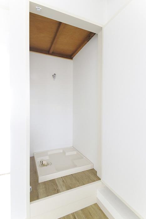 キッチンからちょいと振り向くと、洗濯機置き場! 同じく縦長ボックスに収納☆普段は扉を閉めて目隠し!