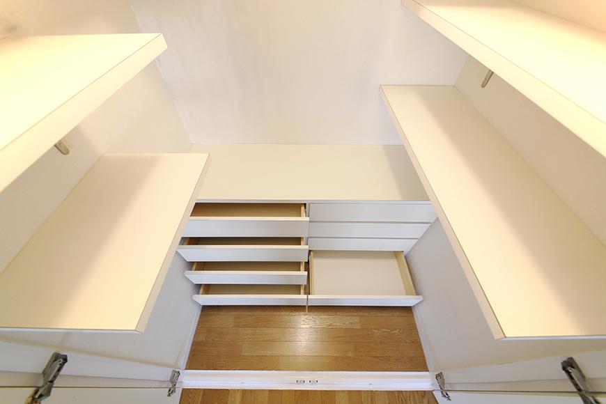 足もとから腰くらいの高さにある棚と引き出しはご覧の通り!