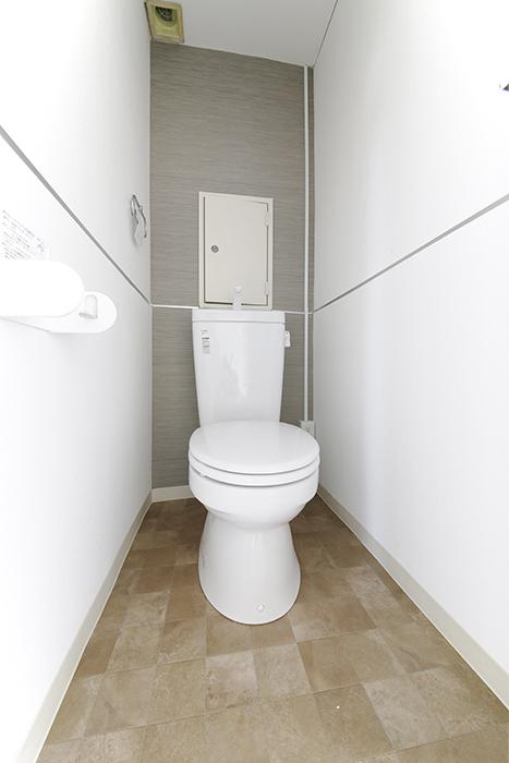 まずはトイレです!こちらもやっぱり壁紙や床材にコダワリ!