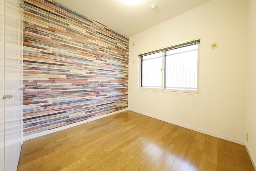 左手の扉から、こちらは4.5帖の洋室です。  壁紙が素敵☆お部屋の印象に結構シックリきています!