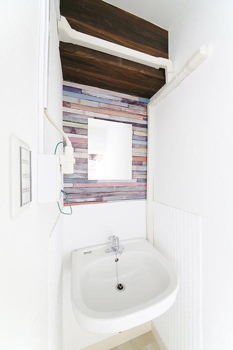 洗面台はこちら!  壁紙がとっても素敵なアクセントになっていて、オシャレ空間じゃないですか?