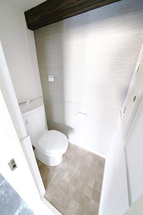 水回りのご紹介!  まずはトイレです! 壁紙や床のコダワリは水回りも当然!