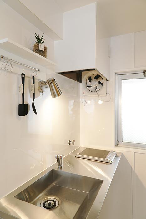 そばに窓がある明るいキッチン。小さな棚のみで、頭上には収納ナシのシンプルさ_MG_6653