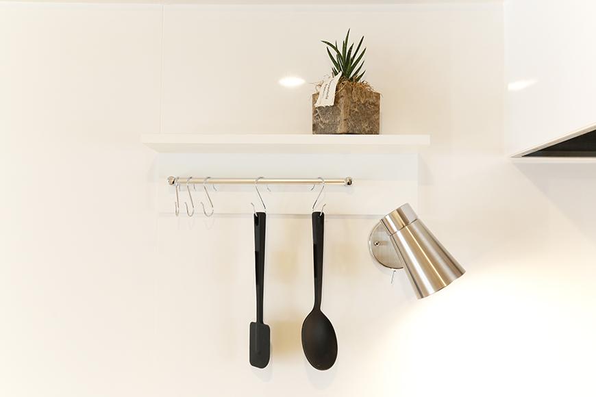 キッチン頭上の小さな棚でちょっとしたインテリアを楽しむことだって充分出来ます_MG_6692