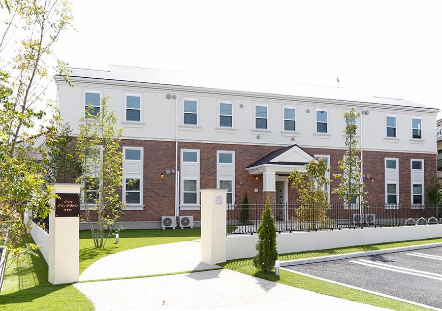 アイアンのフェンスに囲われた素敵な敷地に建物は建っています♡_MG_7887_trm