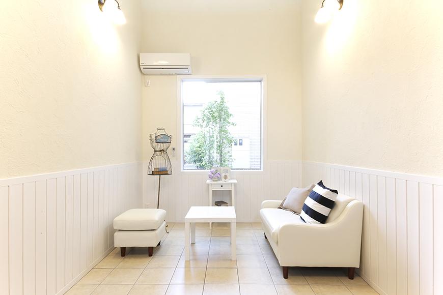 素敵な空間のホール。ソファーとテーブルがあって、お客さまにもゆったりとお待ち頂けます_MG_8348
