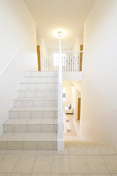 階段踊り場から見たホールと2階_MG_8463