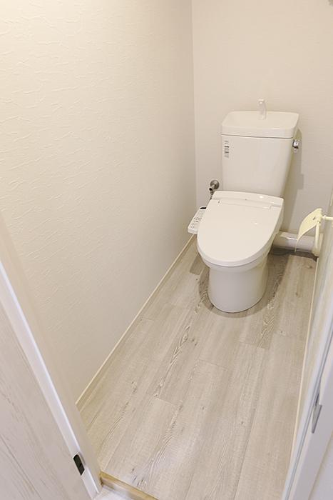 ウォシュレット完備のトイレも全体的に落ち着く空間に!_MG_8908