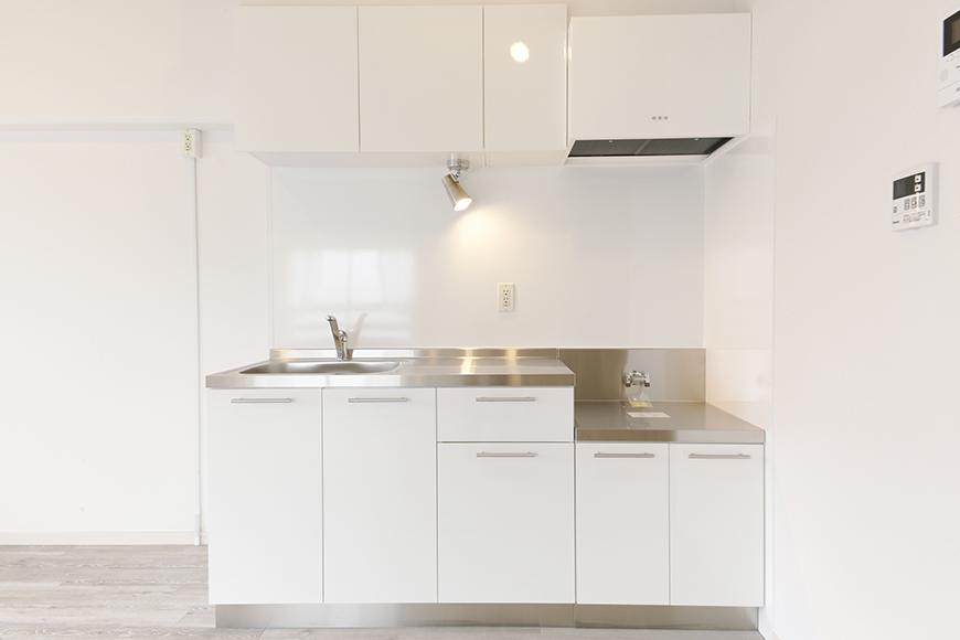 リビングに入って右手、白を基調としたスッキリ・シンプル・キレイなキッチンです_MG_8922
