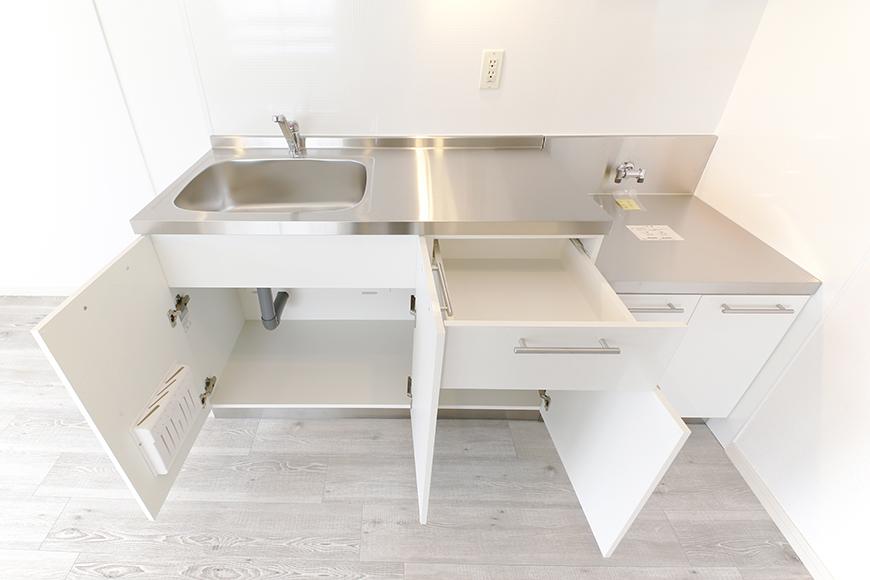 キッチンの足もとには収納タップリ_MG_8932
