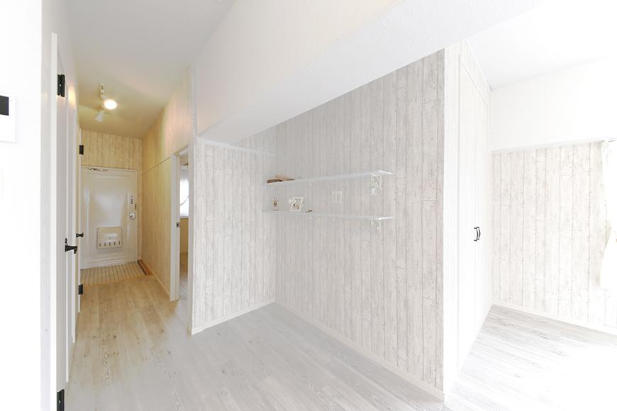 リビングから玄関を見たところ、壁にはかわいい作りつけの棚があります♡_MG_8944