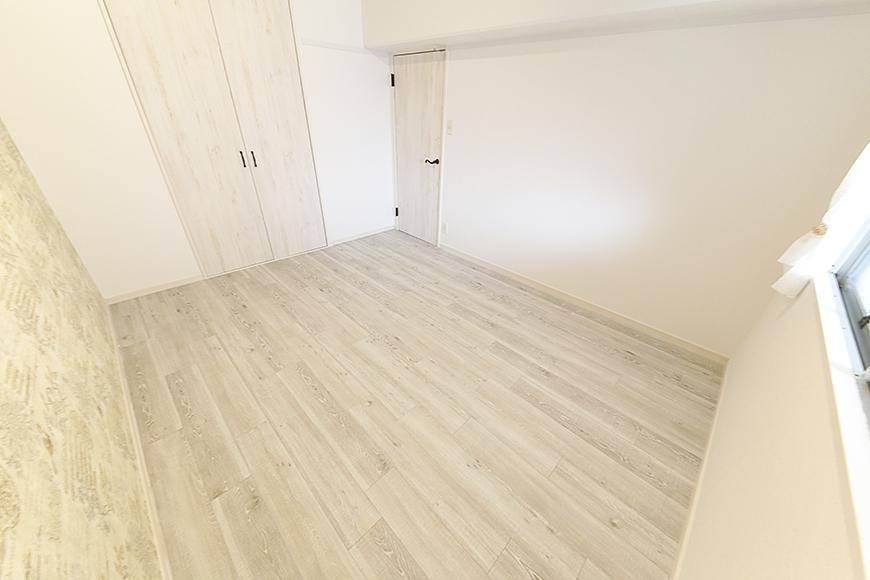 玄関からすぐの洋室(6帖)です_MG_9078