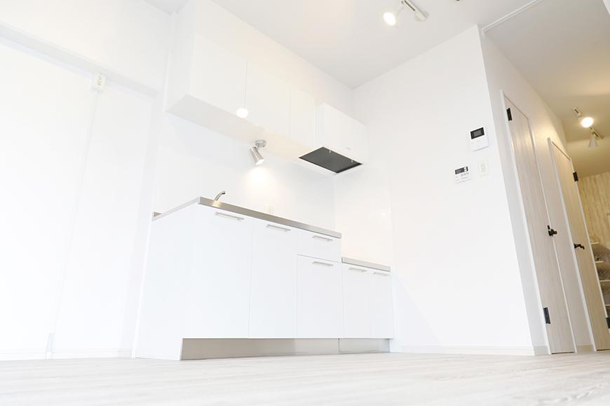 キッチンスペースは白を基調としていてスッキリ!_MG_9133