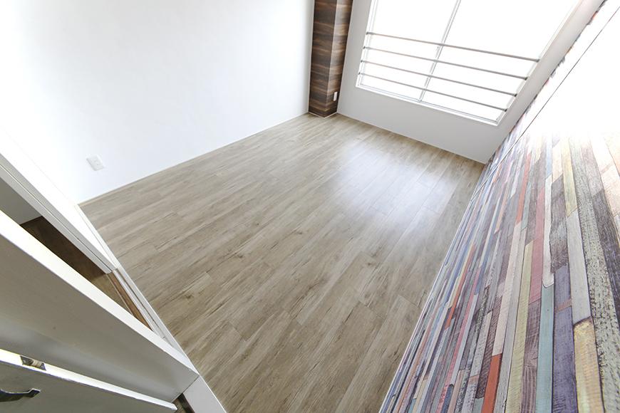 玄関から向かって左手にある洋室です。壁紙クロスの存在感!それに負けない床の素材感!