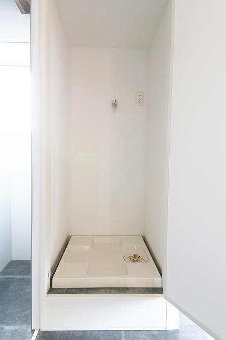 お部屋の中の一角に、ボックス型の収納?  ・・・と思いきや、室内洗濯機置き場でした☆扉で目隠しが便利!