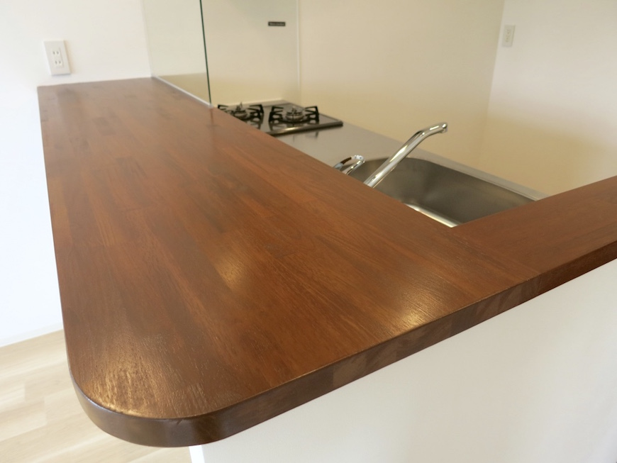 21:モダンなカウンターキッチン、重厚な木_5018_1024
