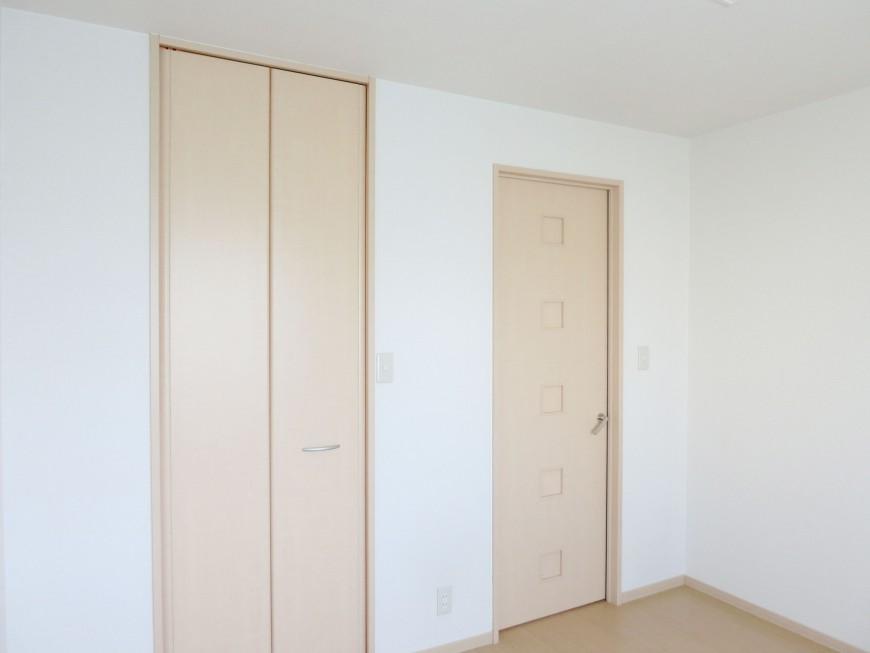 「大きな窓とウォークインクローゼットが特徴の洋室IMG_5518_rth」
