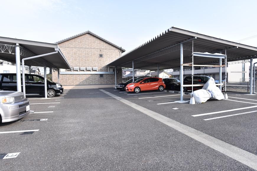 「屋根付き駐車場もあります♪DSC_7381」