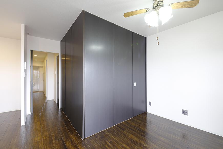 4帖の洋室を囲う壁は可動式の間仕切りパネルによるもの!自由に創り出せます_MG_5004